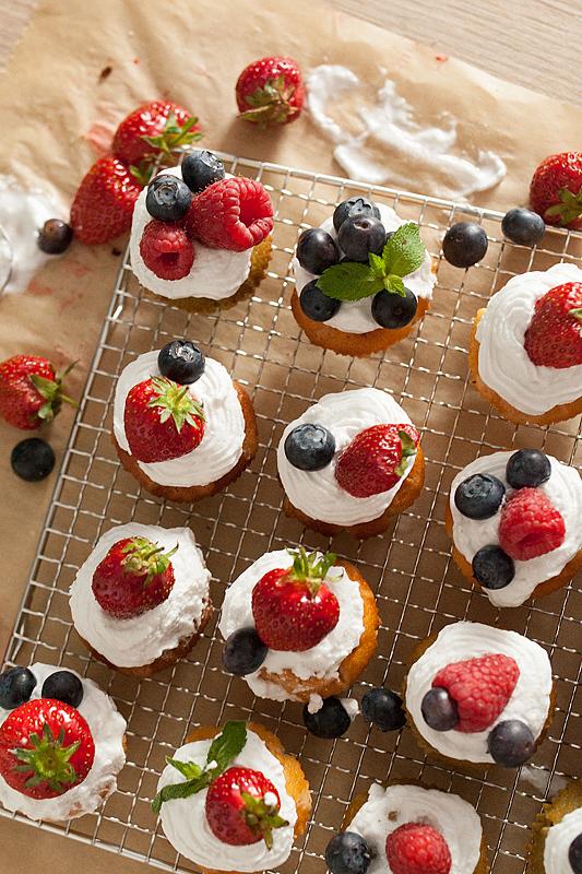Matcha Cupcakes mit Beeren und Kokossahne