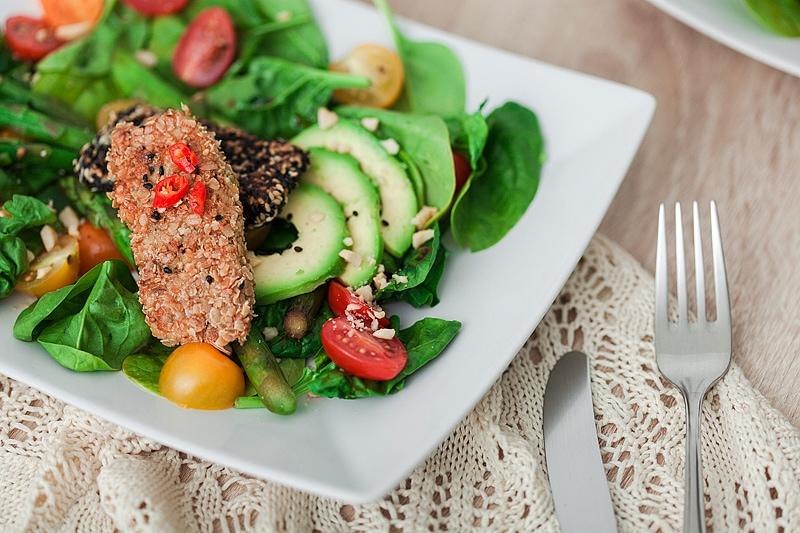 Sommersalat mit Sesam-Lachs, Babyspinat, Avocado und gruenem Spargel