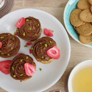 Erdbeer-Cupcakes mit veganem Schokofrosting