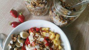 Fruehstuecksliebe mit Obst und selbstgemachtem Granola