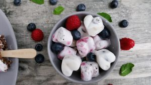 Kokos-Eispralinen mit Beeren