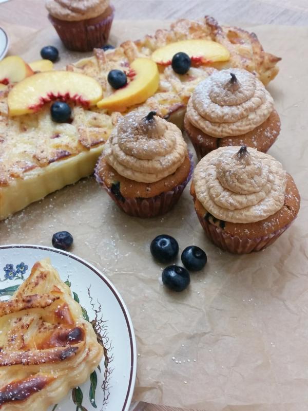 Nektarinen Pie und Heidelbeer-Baiser-Cupcakes
