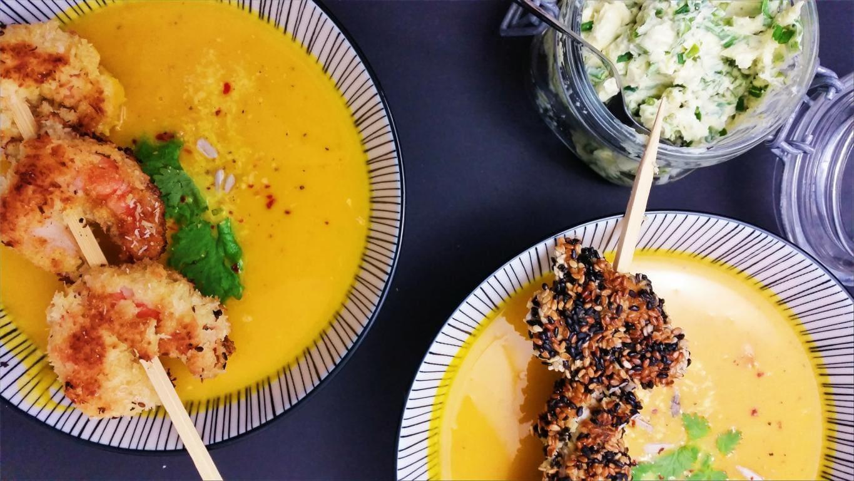 Asiatische Kürbissuppe mit Kokos-Garnelen und Sesam-Hühnchen