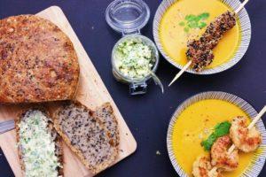 Kuerbissuppe mit Sesam-Huhn und Kokos-Garnelen