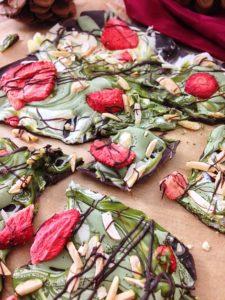 Bruchschokolade mit Matcha, Erdbeeren und Mandeln
