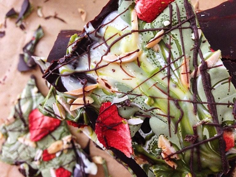 Bunte Bruchschokolade mit Matcha, Mandeln und Erdbeeren
