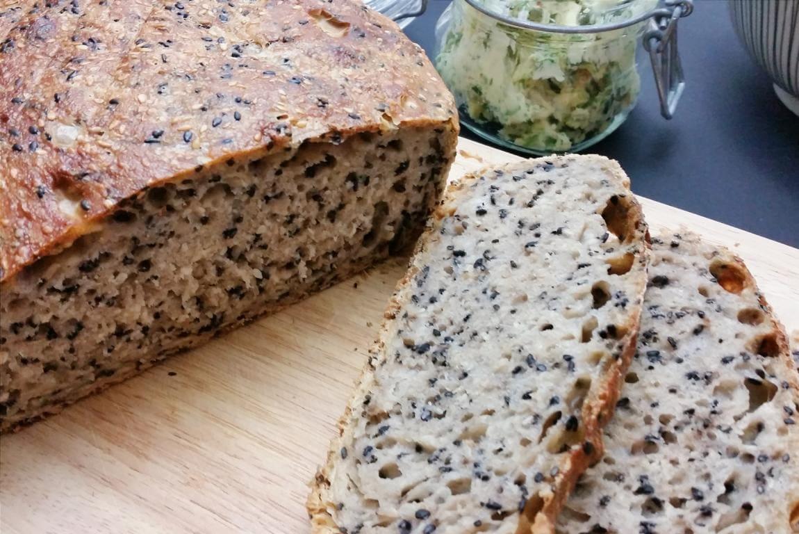 Sesam-Dinkel No Knead Bread mit selbstgemachter Korianderbutter