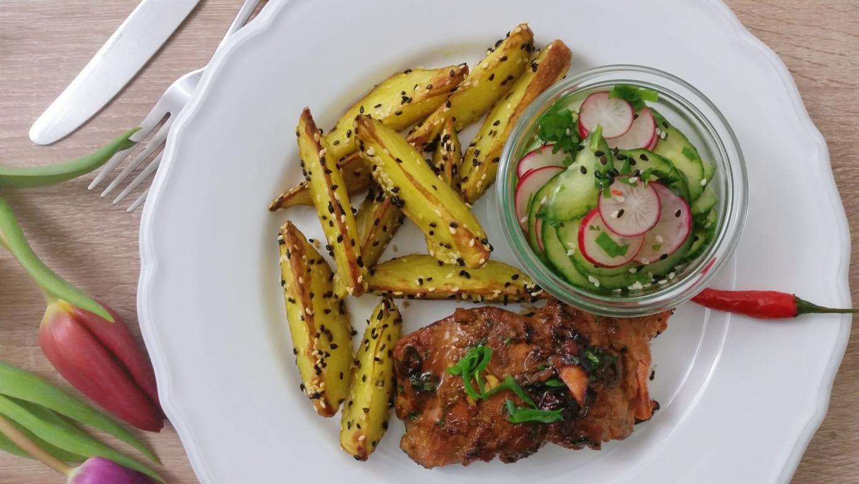 Teriyaki-Lachs mit Sesamkartoffeln und Gurken-Radieschen-Salat