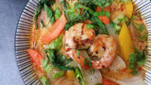Schnelle Currysuppe mit Glasnudeln, Garnelen und Gemuese