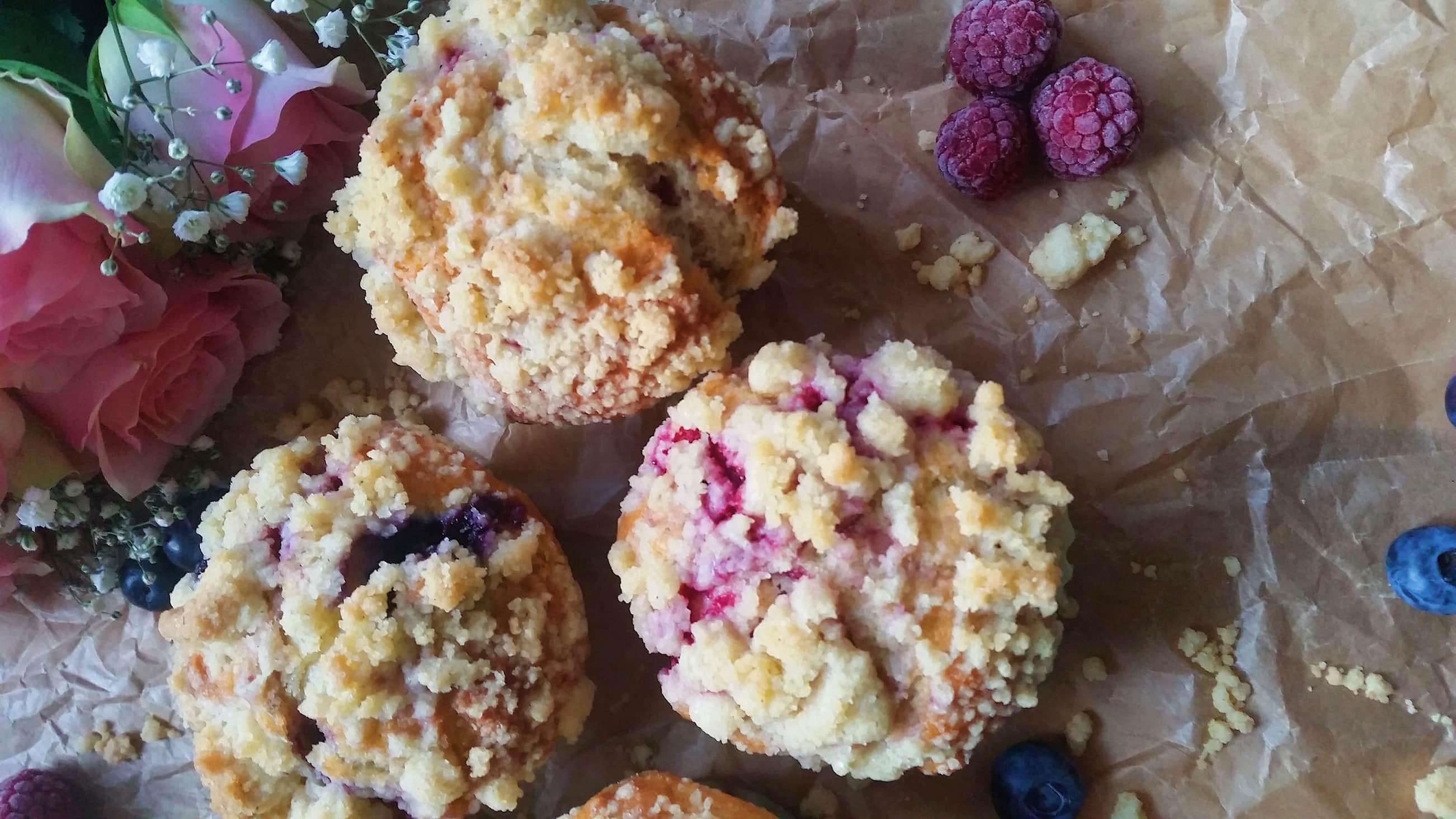 Luftige Beeren-Muffins mit Streuseln