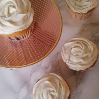Fluffige Beeren-Cupcakes mit leichtem Vanillefrosting