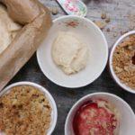 Fructosearmes und veganes Vanilleeis mit Rhabarber-Himbeer-Crumble