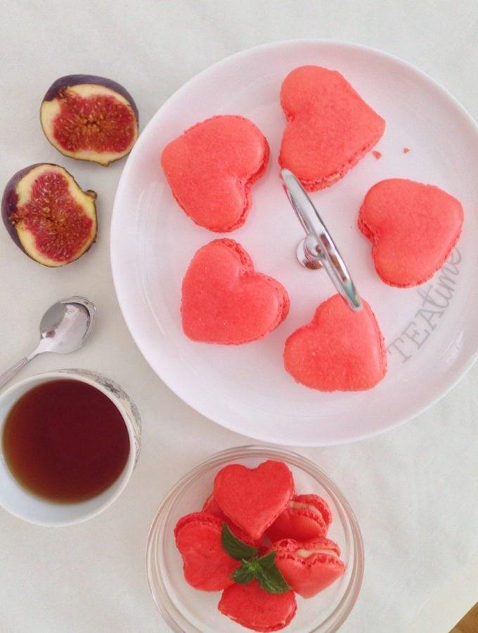 Pinke Macarons mit weißer Ganache und Erdbeeren