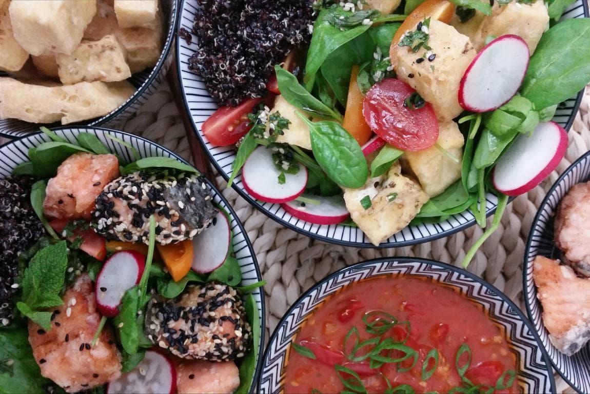Bunte Buddha Bowl mit schwarzem Quinoa, Tofu, Lachs und Sesam-Minz-Dressing