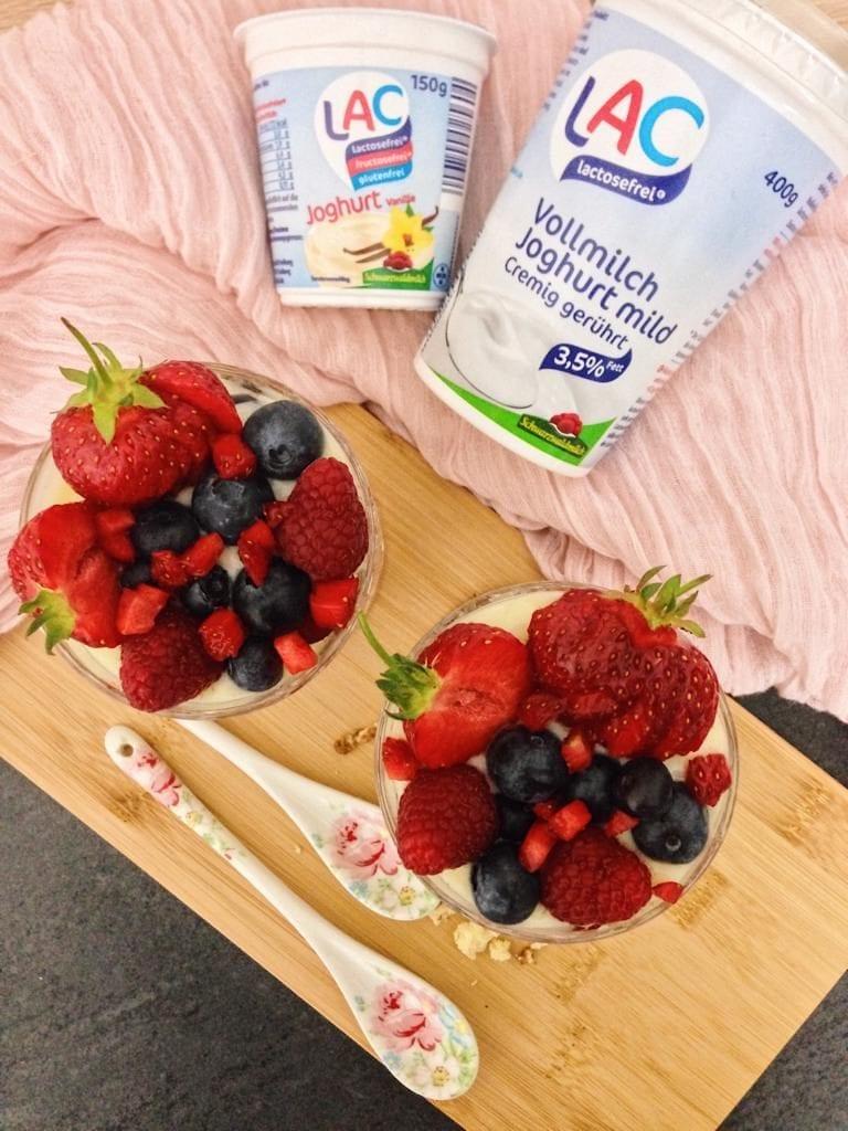 Sommerliches Beeren-Schichtdessert mit Vanillecreme