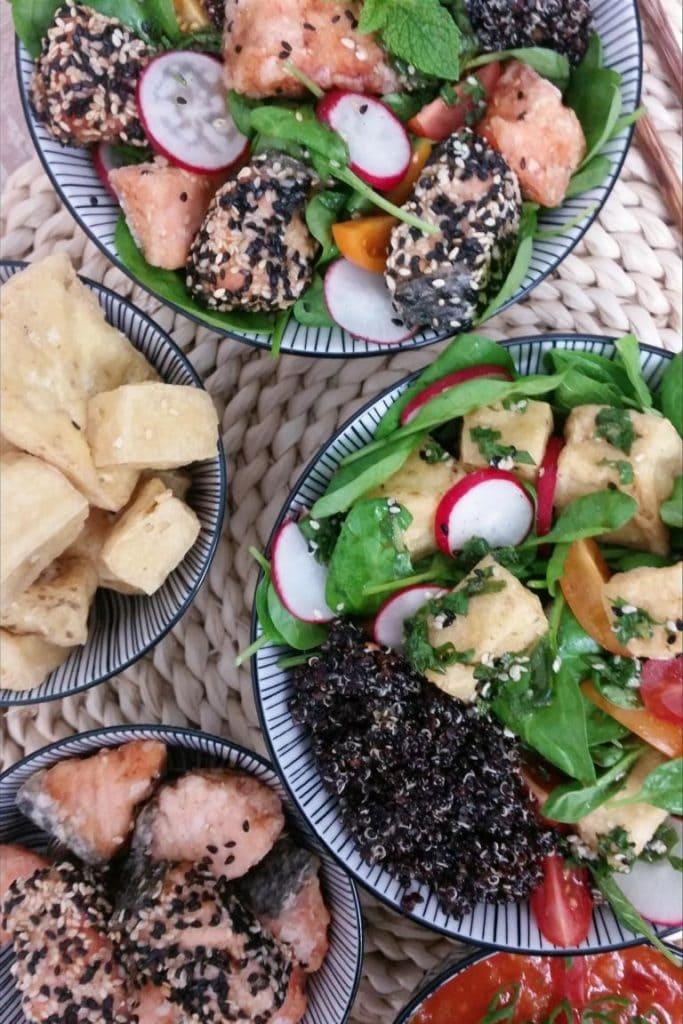 Bunte Buddha Bowl mit schwarzem Quinoa