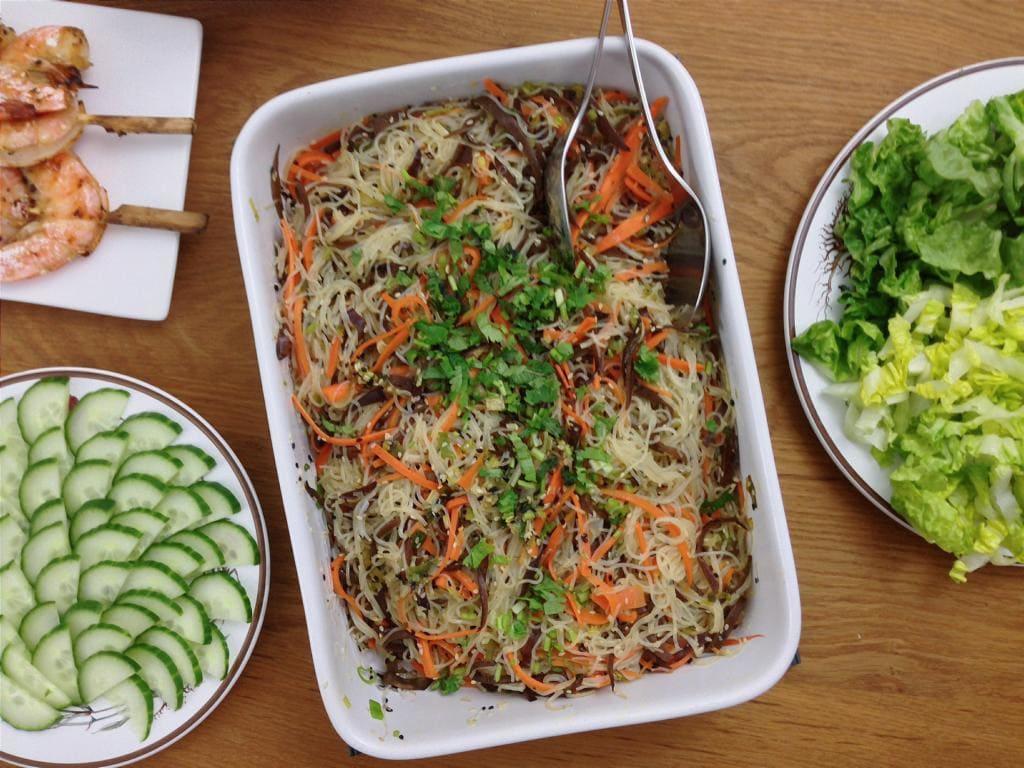 Grillbeilage: Veganer Glasnudelsalat mit Morcheln und Möhren