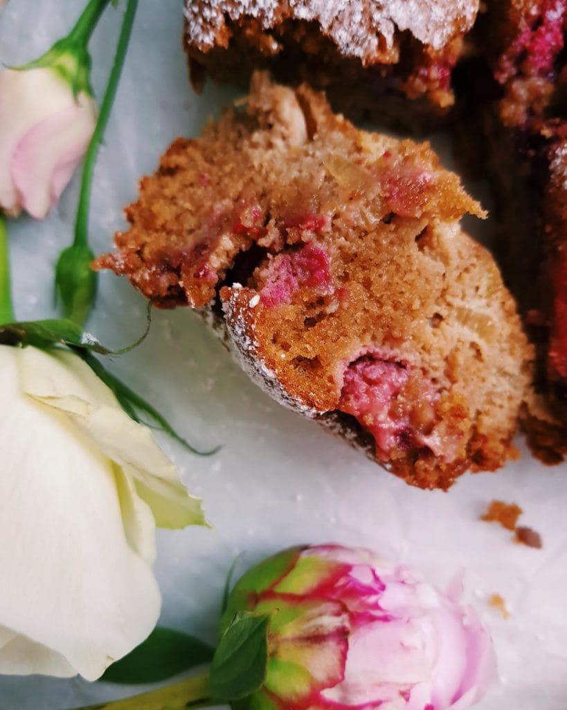Glutenfreier Mandelkuchen mit Rhababer und Himbeeren - fructosearm und lactosefrei