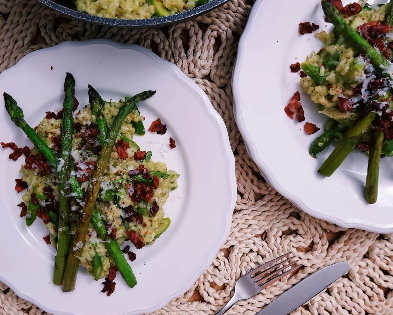 Bärlauch-Risotto mit grünem Spargel und Bacon Crunch